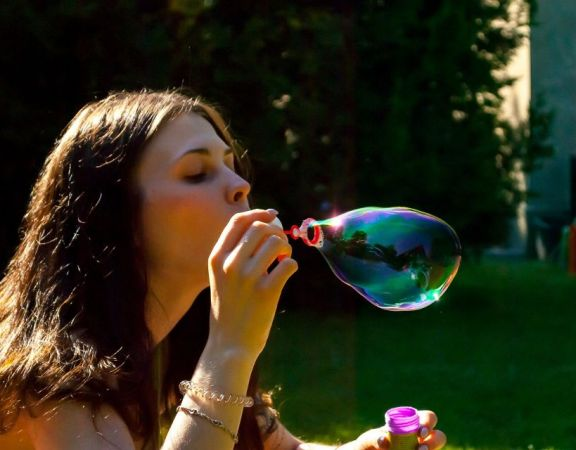 blowing-2355155_1920